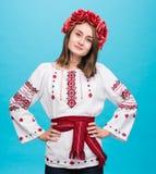 Muchacha sonriente joven en el traje nacional ucraniano Imagen de archivo