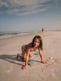 Muchacha sonriente joven en la playa Fotos de archivo