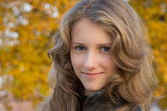 Muchacha sonriente joven hermosa al aire libre Foto de archivo libre de regalías