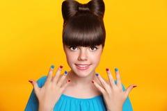 Muchacha sonriente joven maquillaje Adolescente hermoso con el peinado del arco Foto de archivo
