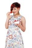 Muchacha sonriente joven que come las fresas Fotos de archivo