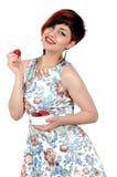 Muchacha sonriente joven que come las fresas Imagenes de archivo