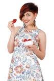 Muchacha sonriente joven que come las fresas Fotografía de archivo