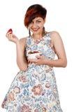 Muchacha sonriente joven que come las fresas Fotos de archivo libres de regalías