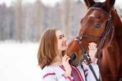 Muchacha sonriente joven que disfruta de amistad con el caballo Imágenes de archivo libres de regalías