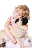 Muchacha sonriente linda con el perro encantador aislado Imagenes de archivo