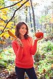 Muchacha sonriente linda con la calabaza y el maíz en sus manos en beautifu Fotografía de archivo libre de regalías