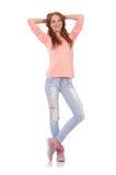 Muchacha sonriente linda en blusa rosada y vaqueros Fotos de archivo libres de regalías