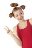 Muchacha sonriente linda en una camiseta roja en blanco Imagen de archivo