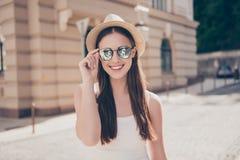 Muchacha sonriente linda joven en gafas de sol y sombrero en las vacaciones S fotos de archivo libres de regalías