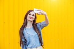 Muchacha sonriente linda que hace el selfie Foto de archivo