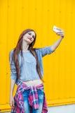 Muchacha sonriente linda que hace el selfie Fotografía de archivo