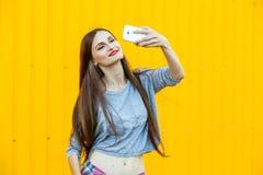Muchacha sonriente linda que hace el selfie Imagenes de archivo