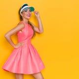Muchacha sonriente moderna en Mini Dress rosado Imagen de archivo libre de regalías