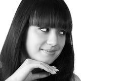 Muchacha sonriente pensativa con el pelo negro largo, aislado Foto de archivo libre de regalías