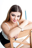 Muchacha sonriente positiva joven del estudiante con el cuaderno y pluma que la planea horario diario que lleva la camiseta blanc Imagen de archivo