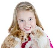 Muchacha sonriente que abraza perritos Imagenes de archivo