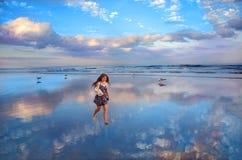 Muchacha sonriente que camina en la playa hermosa Foto de archivo libre de regalías