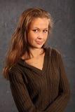 Muchacha sonriente que desgasta la blusa hecha punto en estudio Fotografía de archivo