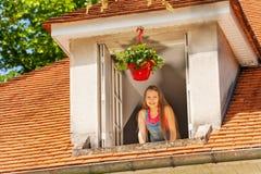 Muchacha sonriente que disfruta de mañana en la ventana abierta fotografía de archivo libre de regalías