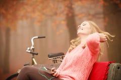 Muchacha sonriente que escucha la música Fotografía de archivo