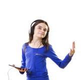Muchacha sonriente que escucha la música Imagen de archivo libre de regalías