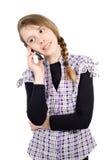 Muchacha sonriente que habla en el teléfono celular aislado en blanco Imagen de archivo
