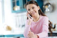 Muchacha sonriente que habla en su teléfono Imágenes de archivo libres de regalías