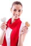 Muchacha sonriente que lleva a cabo corazones del caramelo Imágenes de archivo libres de regalías