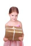 Muchacha sonriente que lleva a cabo el actual blanco excesivo Imagen de archivo libre de regalías