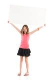 Muchacha sonriente que lleva a cabo el cartel en blanco sobre su cabeza Fotos de archivo