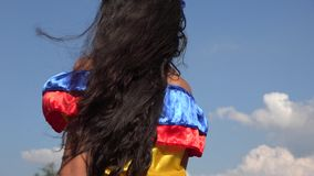 Muchacha sonriente que lleva el vestido colombiano tradicional almacen de video