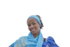 Muchacha sonriente que lleva un vestido de la celebración y una bufanda, aislados Imagen de archivo