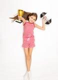 Muchacha sonriente que miente en piso con pesa de gimnasia y la taza de oro del trofeo fotos de archivo