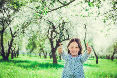 Muchacha sonriente que muestra las manos muy bien Imágenes de archivo libres de regalías