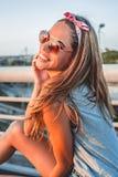 Muchacha sonriente que presenta en el puente fotografía de archivo