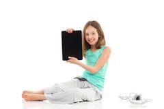 Muchacha sonriente que presenta la tableta digital Fotos de archivo libres de regalías