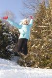 Muchacha sonriente que salta en el aire Foto de archivo