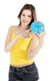 Muchacha sonriente que señala al mapa del mundo Foto de archivo