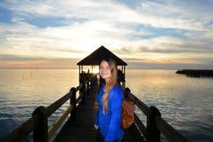 Muchacha sonriente que se coloca en el embarcadero en caminar viaje Fotos de archivo libres de regalías