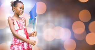 Muchacha sonriente que sostiene el molinillo de viento fotos de archivo libres de regalías