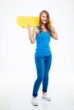 Muchacha sonriente que sostiene el monopatín Imagen de archivo libre de regalías