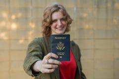 Muchacha sonriente que sostiene el pasaporte Fotografía de archivo