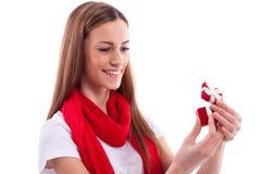 Muchacha sonriente que sostiene el regalo Fotos de archivo libres de regalías