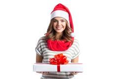 Muchacha sonriente que sostiene los regalos de un Año Nuevo y de la Navidad Fotos de archivo libres de regalías