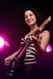 Muchacha sonriente que toca la guitarra Imágenes de archivo libres de regalías