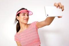 Muchacha sonriente que toma el selfie con el teléfono móvil Foto de archivo libre de regalías