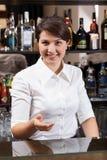 Muchacha sonriente que trabaja en barra de hotel Imagen de archivo