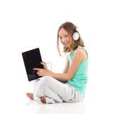 Muchacha sonriente que usa la tableta digital Fotos de archivo libres de regalías