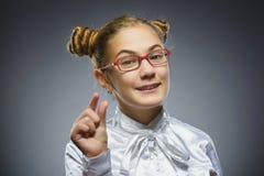 Muchacha sonriente Retrato del primer de adolescente hermoso en aislante tamaño pequeño de la demostración de la camisa sport en  Fotos de archivo libres de regalías